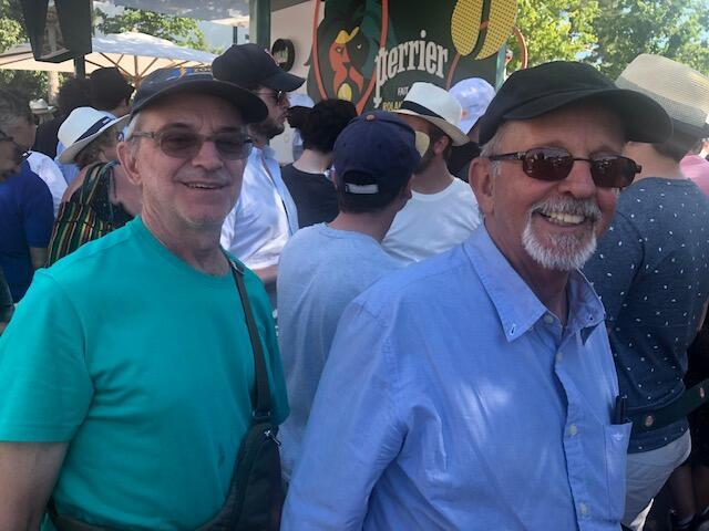 Os irmãos Marcos (à esq.) e Milton Borato Viana realizaram o sonho de conhecer Roland Garros.