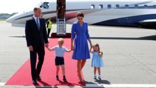 William e Kate desembarcaram em Berlim acompanhados dos filhos, Charlotte e George.