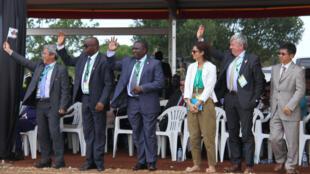 A droite, Jean-Luc Bruggeman, directeur de projet chez Total, accompagné de Ahlem Friga-Noy, directrice corporate de Total E&P Ouganda, lors de la pose de la première pierre d'un pipeline, à Hoima, le 11 novembre 2017.