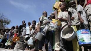 Plus de 100 000 personnes fuyant la famine sont arrivées dans les camps de réfugiés de Mogadiscio, Somalie.