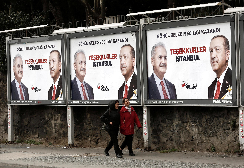 Предвыборные плакаты кандидата партии власти Бинали Йилдырыма на выборах мэра Стамбула
