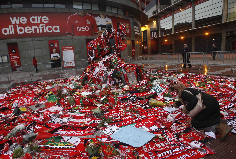 Fãs depositam flores, bandeiras e mensagens em homenagem a Eusébio na entrada do Estádio da Luz, onde o corpo do ex-jogador do Benfica está sendo velado.