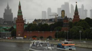 Embarcaciones de recreo navegan en el río Moscova, frente al Kremlin, en el centro de Moscú, Rusia, el 16 de julio de 2020