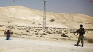 Soldado israelense controla suspeito na área em que houve o ataque armado desta segunda-feira, 18 de junho, na fronteira do Egito com Israel.