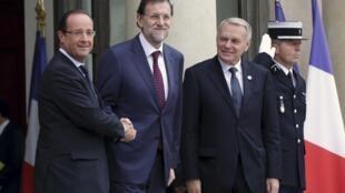 François Hollande, Mariano Rajoy y Jean-Marc Ayrault en el Palacio del Elíseo, este 10 de octubre de 2012.