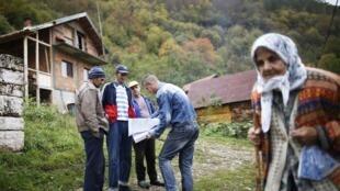Opération de recensement dans le village de Krusev Do, le 1er octobre 2013.