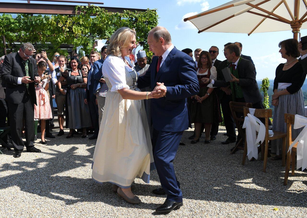 La ministre autrichienne des Affaires étrangères, Karin Kneissl, en pleine valse avec le président russe Vladimir Poutine pendant son mariage à Gamlitz, en Autriche, en août 2018.