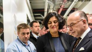 Le Premier ministre français Bernard Cazeneuve et la ministre du Travail Myriam El Khomri découvrent les premières cartes d'identification professionnelle du BTP.