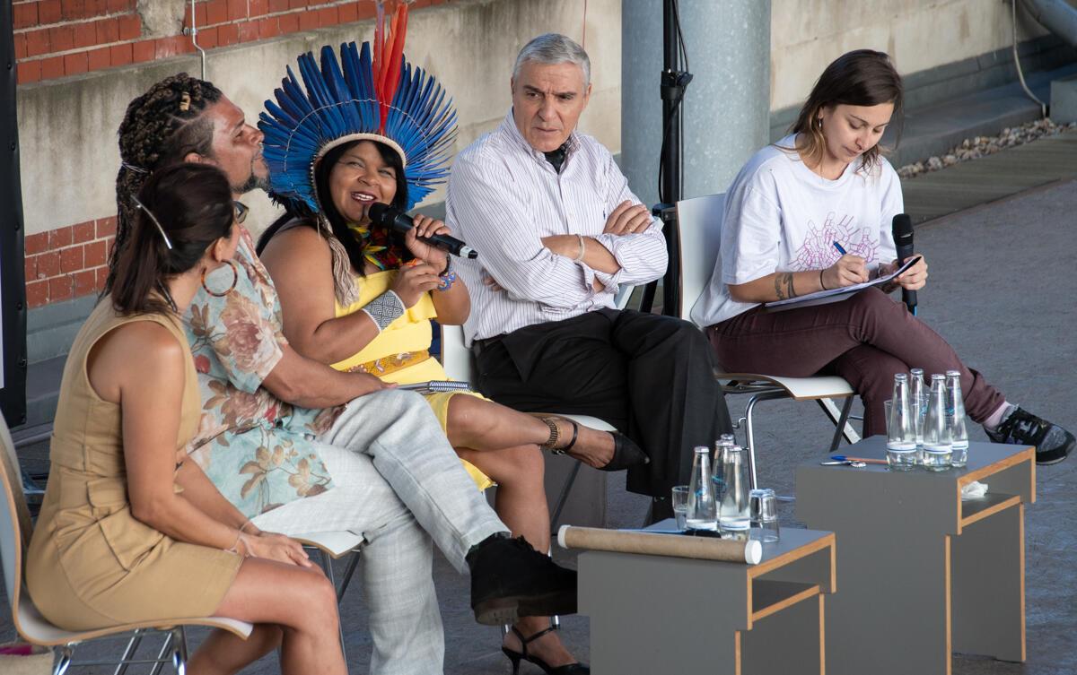 """Líder indígena participa de debate no Festival Plataforma Berlin, no painel """"Por favor, perturbe: Caos no Clima, Dança e Ativismo""""."""