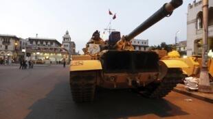 O exército do Egito faz demonstração de força sem se posicionar a favor do governo ou da oposição.