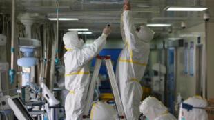 正在消毒的武漢某醫院重症監護室。圖片攝於2020年3月12日。