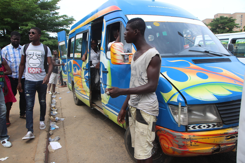 Un Gbaka, un minibus de transports de passagers à Abidjan.