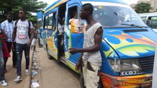 Dix fois moins cher que les taxis, les Gbaka sont très populaires mais sources de nombreux accidents à Abidjan.