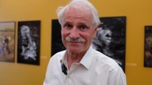 Le photographe Yann Arthus-Bertrand dans sa première rétrospective, «Legacy», à la Grande Arche de La Défense, à Paris.