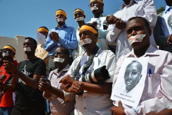 Waandishi wa Habari nchini Somalia wakifanya maandamano kushinikiza kuachiwa kwa mwandishi mwenzao Abdiaziz Abdinur Ibrahim