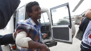 Evacuation de blessés par la Croix-Rouge, après des combats à Dammaj, le 24 novembre 2013.
