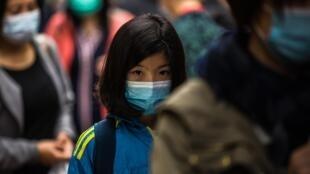 Une personne porte un masque pour se protéger du coronavirus, à Hong Kong.