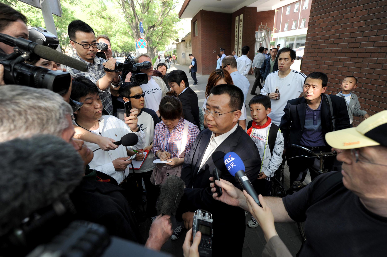 L'avocat Jiang Tianyong en train de répondre aux journalistes, le 2 mai 2012 à Pékin. Archive d'illustration.