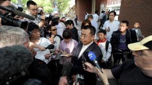 Luật sư Giang Thiên Dũng (Jiang Tianyong) đang trả lời các phóng viên. Ảnh chụp tại Bắc Kinh, ngày 02/05/2012.