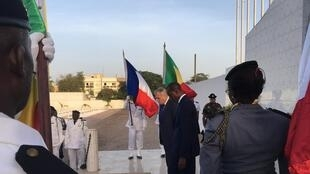 Jean-Marc Ayrault, chefe da diplomacia francesa, a 10 novembro de 2016 no cemitério de Thiaroye, prestando homenagem a soldados senegaleses mortos pelo exército francês em 1944.