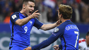 France's forward Kevin Gameiro (L) celebrates with teammate France's forward Antoine Griezmann after Gameiro scored his team's fourth goal during the FIFA World Cup 2018 qualifying football match France vs Bulgaria on October 7, 2016