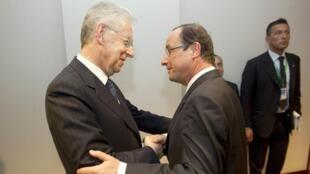 O premiê italiano Mario Monti e o presidente francês François Hollande, em Bruxelas, no mês de maio.