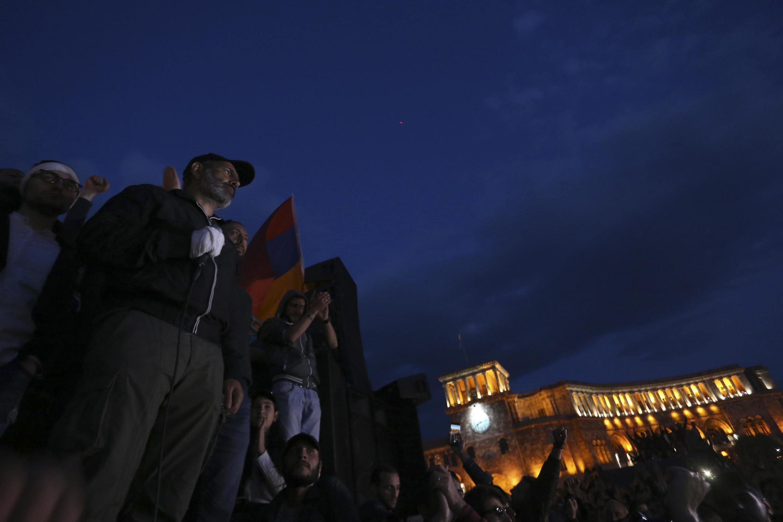Le meneur du mouvement de contestation Nikol Pachinian célèbre la démission de Serge Sarkissian avec des manifestants.