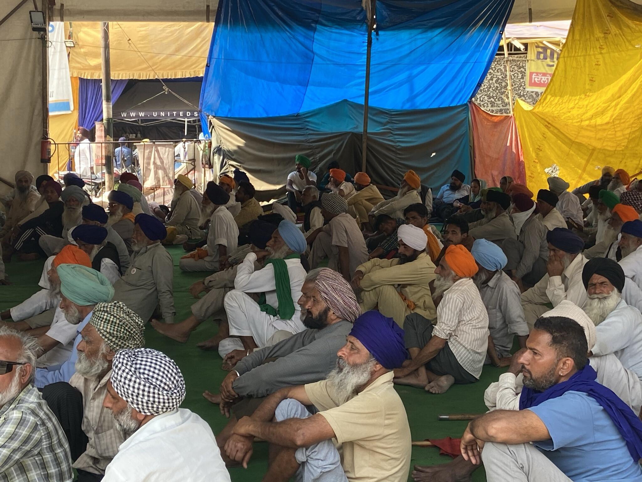 Farmers gather to hear their leaders speak in Tikri border_Murali Krishnan
