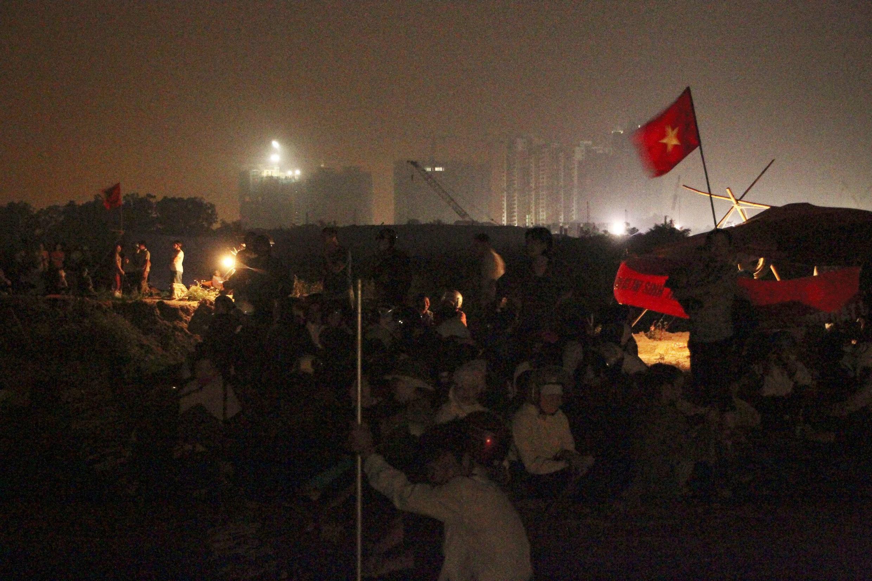 Nông dân ba xã bị tịch thu đất của huyện Văn Giang tỉnh Hưng Yên thức trắng đêm 23/04/2012 để chuẩn bị đối phó với lực lượng cưỡng chế. REUTERS/Stringer