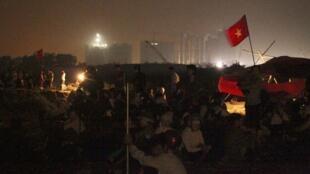 Nông dân ba xã bị tịch thu đất của huyện Văn Giang tỉnh Hưng Yên thức trắng đêm 23/04/2012 để chuẩn bị đối phó với lực lượng cưỡng chế.