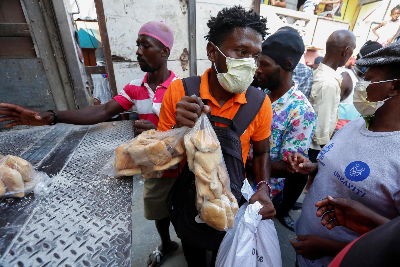 Distribution alimentaire à Port-au-Prince, en Haïti, le 6 avril 2020.