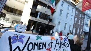Protesta de Amnistía Internacional en solidaridad con las mujeres de San Salvador de Atenco frente al consulado de México en Washington, EEUU, el 8 de marzo de 2010.