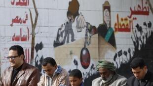 Opositores diante da mesquita Omar Makram, na praça Tahrir.
