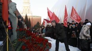 Xếp hàng để đặt hoa lên mộ Stalin tại Quảng trường Đỏ Matxcơva, nhân kỷ niệm 60 năm ngày mất của nhà độc tài, ngày 05/03/2013.