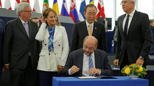Le président du Parlement européen signe l'accord climatique après le vote, mardi 4 octobre 2016. Autour de lui: le président de la Commission, la présidente de la COP21, le secrétaire général de l'ONU et le ministre slovaque des Affaires étrangères.