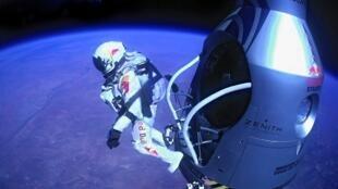 Felix Baumgartner nhảy từ ''capsule'' ở độ cao 40 km, ngày 14/10/2012.