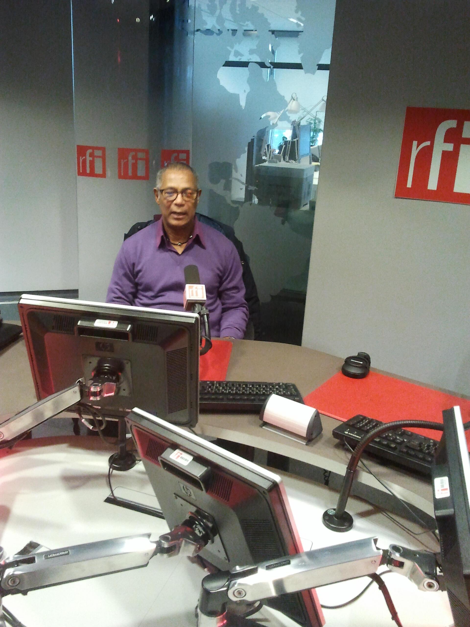 """Jovino dos Santos, músico caboverdiano, a apresentar o seu album """"Nesse Mesma Luta"""", nos estúdios da RFI"""