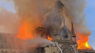 La cathédrale Notre-Dame de Paris dévastée par les flammes le 15 avril 2019.