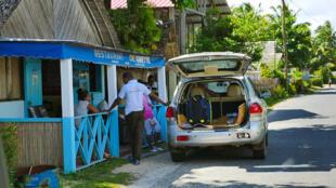 Des policiers effectuent une enquête de voisinage, trois jours après le meurtre de deux Français à Sainte-Marie.