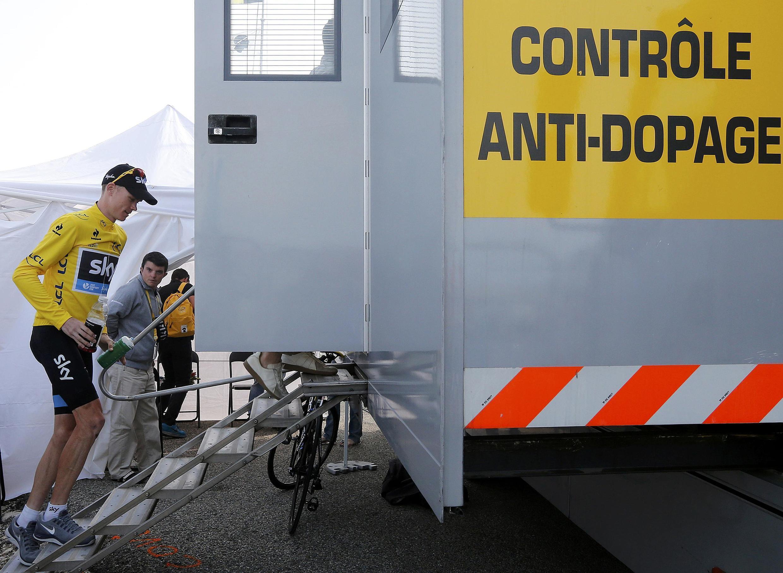 Le Britannique Christopher Froome se présente à un contrôle anti-dopage, après sa victoire au Mont Ventoux.