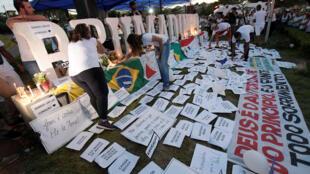 População homenageia vítimas da tragédia de Brumadinho enquanto cidade tenta retomar sua vida normal