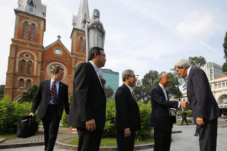 Le secrétaire d'Etat américain John Kerry en visite à Ho Chi Minh-Ville, devant la cathédrale Notre-Dame de Saïgon, symbole de la colonisation française, le 14 décembre 2013.