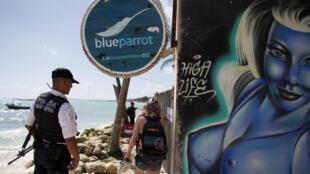 Un policía vigila la entrada de la discoteca Blue Parrot, este 16 de enero de 2017 en México.