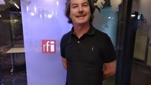 """O apresentador Gilles Bourgarel, do programa """"Brasil Alto Astral"""", da rádio francesa Aligre FM, em Paris."""