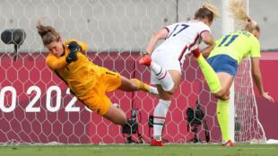 L'attaquante suédoise Stina Blackstenius (d) ouvre le score de la tête lors du match de groupes des JO-2020 contre les Américaines, à Tokyo, le 21 juillet 2021