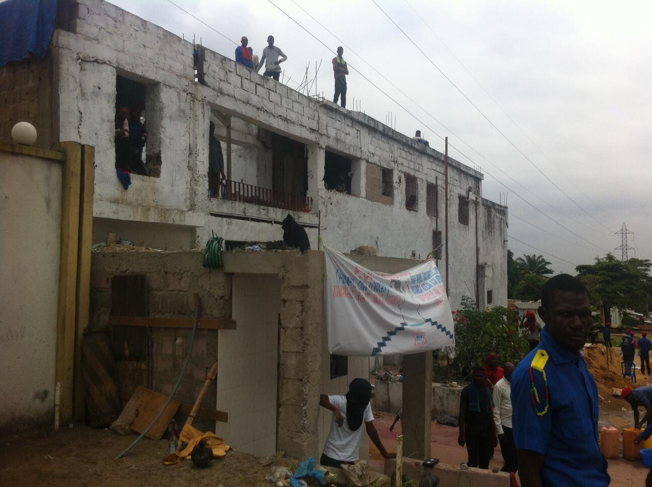 Moja ya makaazi ya kiongozi wa dhehebu la Bundu dia Kongo, Muanda Nsemi, wilayani Ngaliema katika kata ya Joli Parc mjini Kinshasa. Makaazi haya yamezingirwa na polisi , Februari 14, 2017.