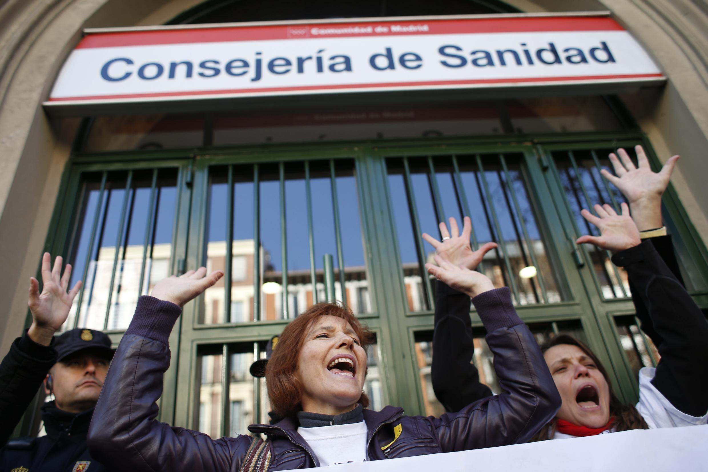 Gente manifestando contra los recortes en la salud pública, en Madrid, el pasado 27 de diciembre de 2012.