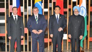 金磚四國首腦:左起梅德韋傑夫,盧拉,胡錦濤,辛格