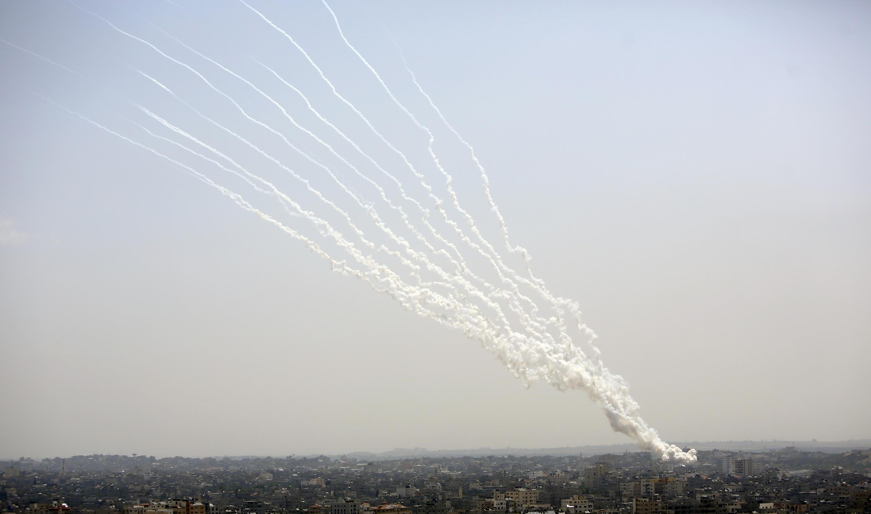 Yadda mayakan Falasdinawa na kungiyar Hamas ke harba makaman roka kan Isra'ila daga birnin Gaza.