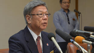 Tỉnh trưởng Takeshi Onaga thông báo việc chính quyền tỉnh Okinawa kiện chính quyền trung ương Nhật Bản